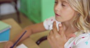 Flicka som lär matematik på kulrammet på tabellen i ett bekvämt hem 4k lager videofilmer