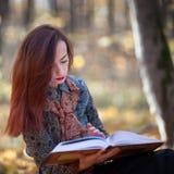Flicka som läser en bok arkivbilder