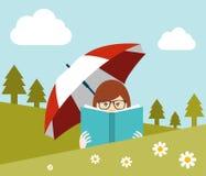 Flicka som läser en bok nära skogen Arkivbilder