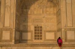 Flicka som läser en bok på Taj Mahal Fotografering för Bildbyråer