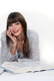 Flicka som läser en encyklopedi Royaltyfri Foto
