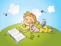 flicka som läser utomhus Arkivfoton