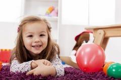 Flicka som leker i rummet Arkivfoton