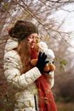 Flicka som leker med dockan Royaltyfri Foto
