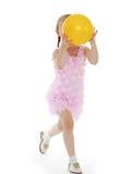 flicka som leker med en boll Arkivfoto