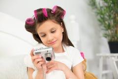 Flicka som leker med kameran Fotografering för Bildbyråer