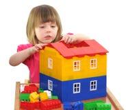 Flicka som leker med kvarter royaltyfria foton