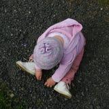 Flicka som leker med pebbles Royaltyfri Foto