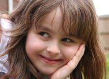 flicka som ler från sidan barn arkivbild