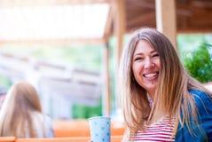 Flicka som ler i ett kafé Söt fyllig flicka Arkivbilder