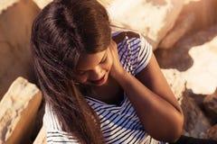 Flicka som ler i natur Royaltyfria Bilder