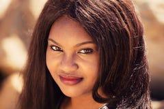 Flicka som ler i natur Royaltyfri Bild