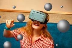 Flicka som ler i virtuell verklighetexponeringsglas Arkivfoto