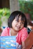 Flicka som ler med chokladmenyn arkivbilder