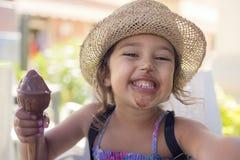 Flicka som ler med hennes mun suddig med glass arkivfoto