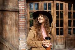 Flicka som ler på byggnaden arkivfoton