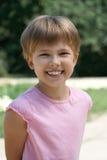 Flicka som ler på en gå i parkera Fotografering för Bildbyråer