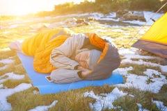 Flicka som ligger i en sovsäck Fotografering för Bildbyråer