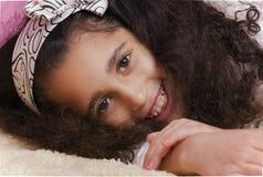 Flicka som ligger i sängen Arkivfoto