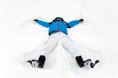 Flicka som ligger i snowen Royaltyfri Bild