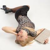 Flicka som ligger på däcka Royaltyfri Fotografi