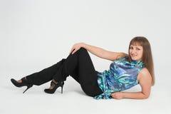 Flicka som ligger på däcka Fotografering för Bildbyråer