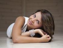 Flicka som ligger på golvet Fotografering för Bildbyråer