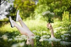 Flicka som ligger på gräs Royaltyfria Bilder