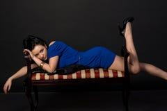 Flicka som ligger på soffan Royaltyfria Foton
