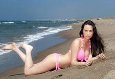 Flicka som ligger på solbada för strand Fotografering för Bildbyråer