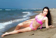Flicka som ligger på solbada för strand Royaltyfria Foton