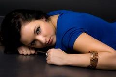 Flicka som ligger på däcka Arkivfoto