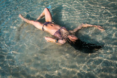 Flicka som ligger under vattnet Royaltyfri Foto
