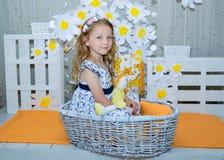 flicka som little hjälper Arkivbild