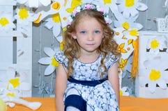 flicka som little hjälper Arkivfoton