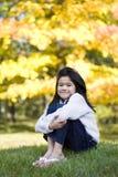 flicka som little kramar knä Fotografering för Bildbyråer