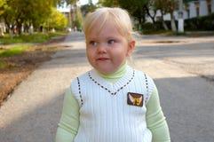flicka som little nätt park gå Arkivbild