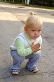 flicka som little nätt park gå Royaltyfria Bilder