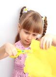 flicka som little papper scissor Arkivfoton