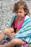 flicka som little pebble sitter Arkivbild