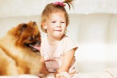 flicka som little skrattar Ståenden av härligt behandla som ett barn att spela med po Arkivfoton