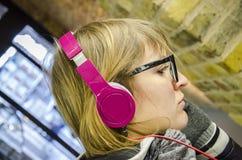 Flicka som lyssnar till musik Royaltyfri Bild