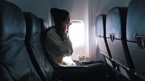 Flicka som lyssnar till musik, medan flyga arkivfilmer
