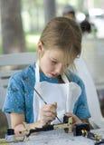 flicka som målar den nätt totemen Fotografering för Bildbyråer