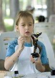 flicka som målar den nätt totemen arkivfoto