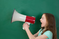 Flicka som meddelar på megafonen Arkivfoton