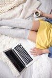 Flicka som meddelar till och med socialt massmedia Arkivbild