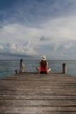 Flicka som mediterar på stranden Fotografering för Bildbyråer