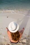 Flicka som mediterar på stranden Arkivbilder