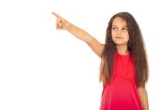 flicka som någonstans pekar Arkivfoto